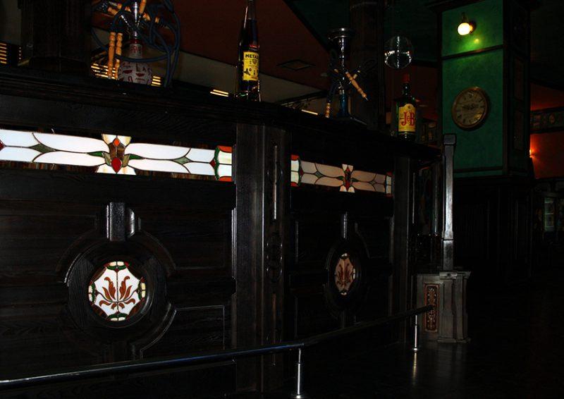 bar din lemn cu vitralii - detaliu 1