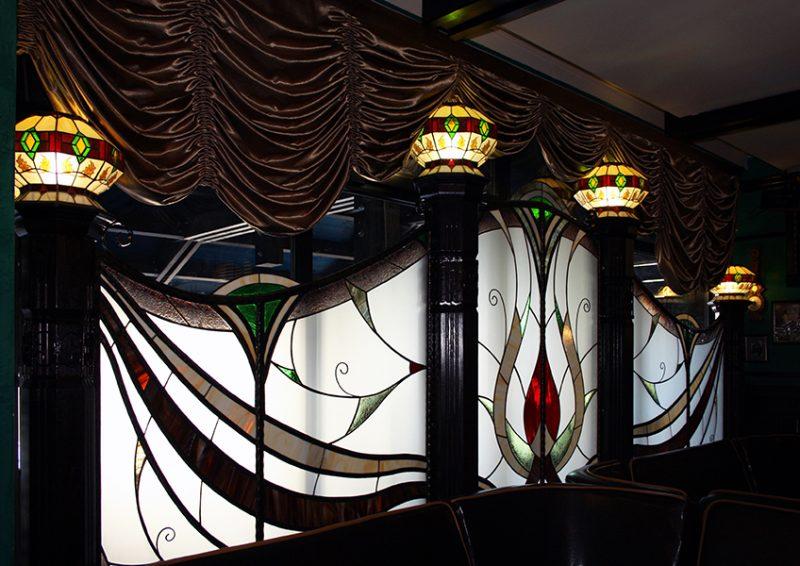 panou decorativ cu vitralii si corpuri de iluminat